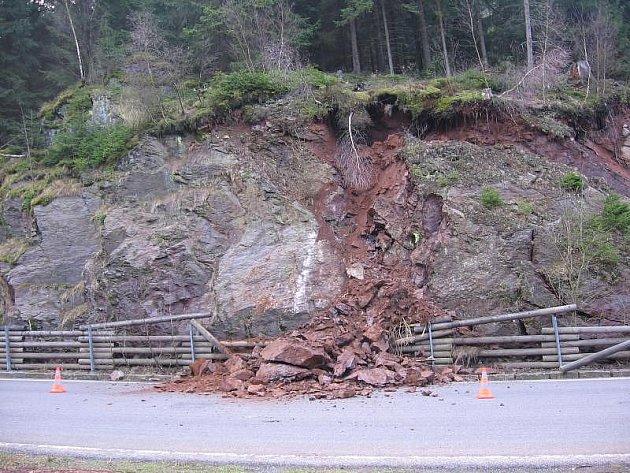 Na silnici se zřítil skalní masiv.