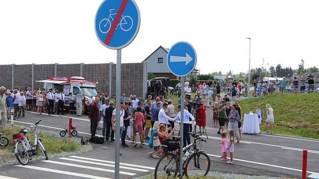 Slavnostní přestřižení pásky na obchvat Opočna přilákalo 11. srpna množství místních obyvatel i lidí z okolí. Foto: Deník/Jana Kotalová
