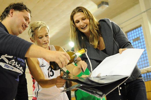 Basketbalistky Týniště pokřtily svůj kalendář šampaňským