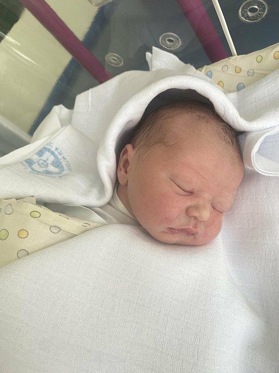 MATYÁŠ SEDLÁČEK se narodil 9. června v 9.33 hodin. Měřil 48 cm a vážil 3300 g. Svým příchodem na svět potěšil své rodiče Veroniku Petrákovou a Martina Sedláčka z Hradce Králové.