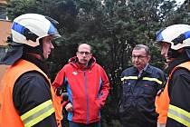 Rychnovští hasiči spolu s hejtmanem Jiřím Štěpánem a generálem Františkem Menclem.