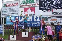 Stupně vítězů druhého závodu tř. 125 ccm (zleva): Libor Teješ, Miroslav Kadlečík, Josef Švorc, Ondřej Hartych a Jakub Novotný.