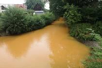 Únik neznámé látky do řeky Bělé v Černíkovicích.