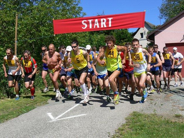 Vysoké teploty na přespolním běhu v Cháborech daly účastníkům zabrat.