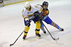 Rokytničtí medvědi (v bílých dresech) ve čtvrtfinále porazili Predátory z Potštejna a o postup do finále Rychnovské hokejové ligy se střetnou s Bílým Újezdem.