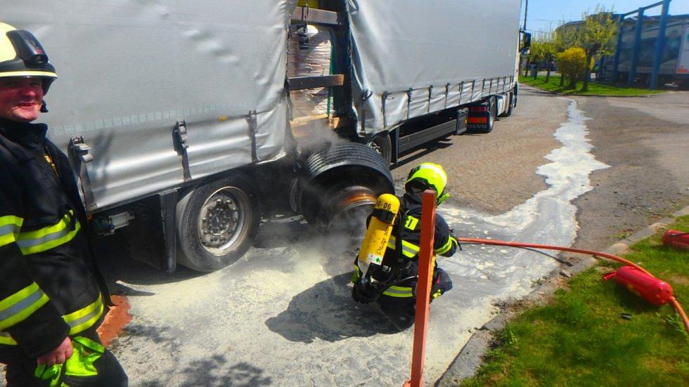 Hasiči vyjížděli k hořícímu kamionu do Kostelce nad Orlicí.