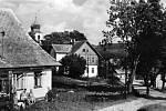 Bližší pohled k obci, v pozadí blízko kostela bývala škola, dnes obecní úřad v Říčkách. Dobová fotografie pochází z roku 1964.