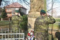 VÁLEČNÉ OBĚTI V DOBRUŠCE připomněli položené věnce, vojenské pocty i projev velitele místní posádky. Podoba vzpomínkové akce je výsledkem vzájemné spolupráce města s Vojenským geografickým a hydrometeorologickým úřadem