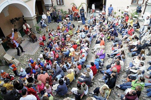 Festival potomků loutkáře Matěje Kopeckého na zámku v Potštejně.