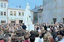 Památku slavného rodáka F. V. Heka, jehož autobiografii použil spisovatel Alois Jirásek jako předobraz hlavního hrdiny ve slavném románu, uctilo město 30. září 1962 odhalením sochy F. L. Věka z dílny akademického sochaře Josefa Adámka.