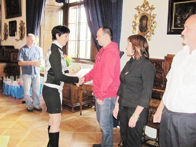 V reprezentačních prostorech na rychnovském zámku zástupci ČČK předávali stříbrné a zlaté Janského plakety.