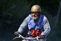 JÍZDA NA STARÝCH STROJÍCH je podle závodníků nezapomenutelným zážitkem a především zábavou. V Nové Vsi se o uplynulém víkendu klání konalo již po dvacáté.