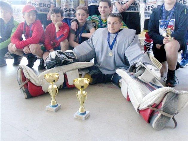 Na slavnostním vyhlášení vítězné týmy převzaly poháry a zajistily si postup do republikového finále.