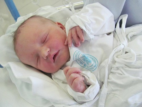 JIŘÍ HLOUŠEK: Manželé Andrea a Jiří Hlouškovi z Rychnova nad Kněžnou přivedli na svět syna. Narodil se 22. října ve 15.11 hodin s váhou 3,34 kg a délkou 49 cm. Doma se na brášku těšila sestřička Karolínka. Tatínek byl u porodu skvělý.