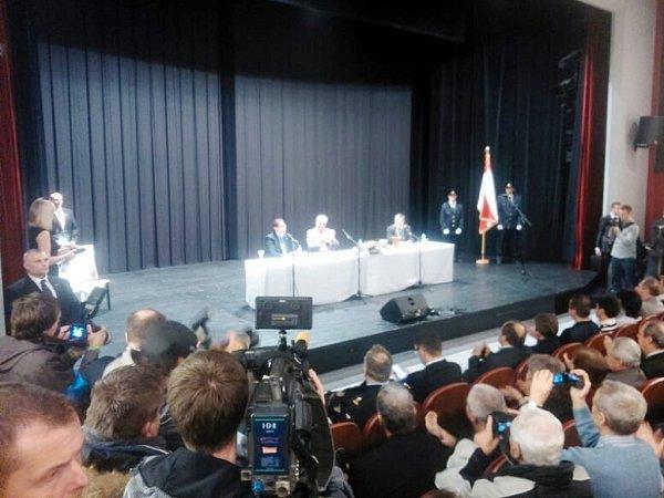 Prezident Miloš Zeman na pódiu společenského centra vDobrušce.