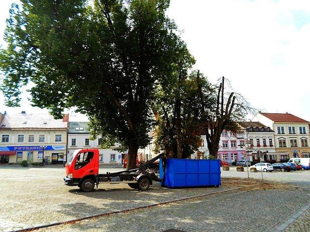 Na náměstí byly prořezány lípy.