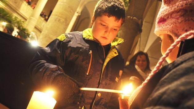 PRO SVĚTLO ZAPÁLENÉ V BETLÉMĚ si lidé přicházeli v neděli i na Štědrý den. Plamínek byl nejčastěji přechováván v kostelech, ale připálit si lucerničku bylo možné i na náměstích či různých kulturních akcích.