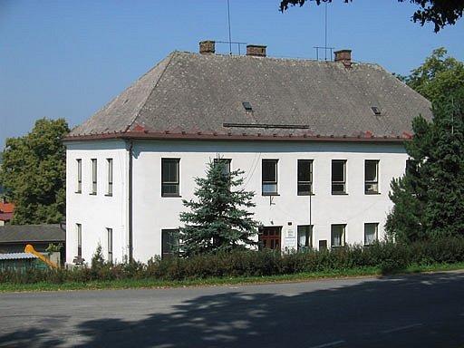 Budova základní a mateřské školy v Bílém Újezdě-