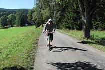 NA TERÉNNÍ KOLOBĚŽCE SE TO DÁ pořádně rozdrnčet. Svoje kouzlo mají obě trasy, které shodně začínají na Mezivrší, které je rozcestím turistických tras.