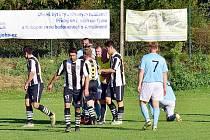 Okresní soutěže. Doudleby (v černém) dokázaly v 11. kole OP II. třídy na domácím hřišti 3:1 přehrát Přepychy.