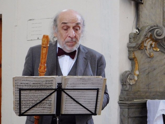 Jiří Stivín se připravuje na Telemanovu skladbu Fantasie A-moll pro zobcovou flétnu.