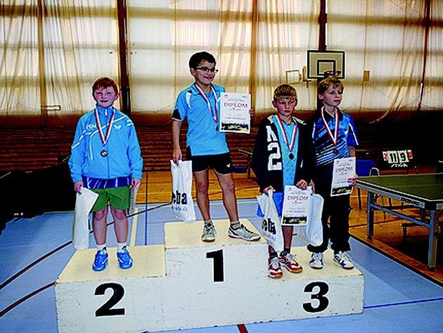 Stříbrnou medaili v kategorii nejmladších žáků vybojoval doberský stolní tenista Ivan Sivák (na snímku zcela vlevo).