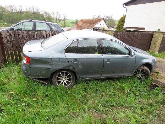 Mladík se vyhýbal protijedoucímu autu, manévr se mu ale příliš nepovedl.