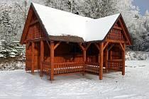 Altan pro turisty stojí u vstupu do pevnosti.