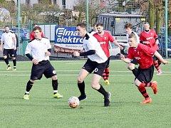 Autorem prvního jarního gólu rychnovských fotbalistů v utkání s Červeným Kostelcem byl Roman  Zajíček (na snímku uprostřed s míčem), na bodový zisk to však nestačilo.