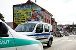 Těžce zraněná chodkyně zůstala ležet v pátek dopoledne na přechodu pro chodce nedaleko rychnovské restaurace Labuť po srážce s bílým favoritem.