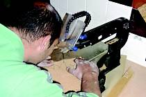 RUKODĚLNÉ DÍLNY už pomohly najít práci řadě lidí, kteří by jinak zůstali bez zaměstnání. Nově se učí dodržovat pracovní morálku anebo bezpečnostní předpisy.
