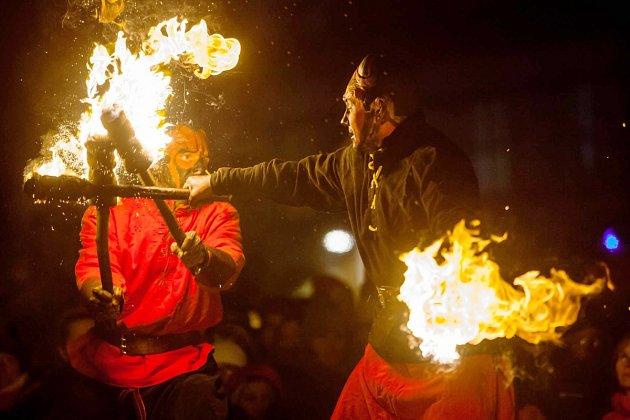 LÉTAJÍCÍ ČERTY, pána pekel a jeho družinu na chůdách i na voze, ale také andílky a akrobaty viděli v sobotu v podvečer  lidé na Kupkově náměstí v Opočně.