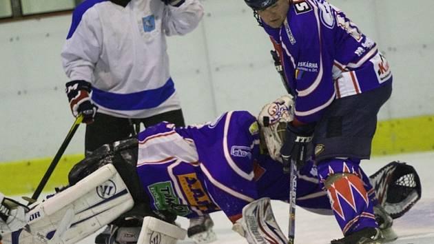 PRVNÍ FINÁLOVÝ SOUBOJ vyzněl jasně pro hokejisty HC Rychnov (tmavé dresy).