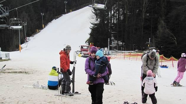 Na Zdobnici vleky stojí, ve skicentru v Říčkách jsou stále v pohybu. Místy se už pod sněhem prodírá tráva. Některým lyžařům to však zábavu nepřekazilo.