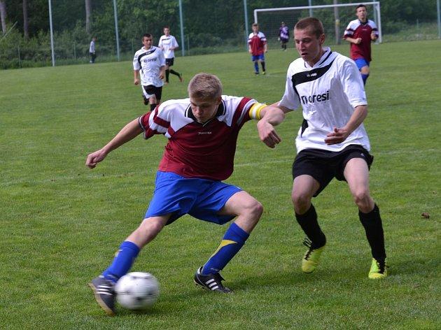 DERBY v krajské soutěži dorostu ve Slatině ovládl hostující tým Vamberk/Doudleby (v bílých dresech).