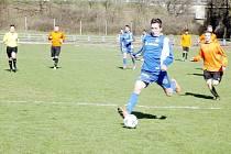 Třetí gól fotbalistů Týniště nad Orlicí vstřelil do sítě trutnovské rezervy Radek Mládek (na snímku s míčem).