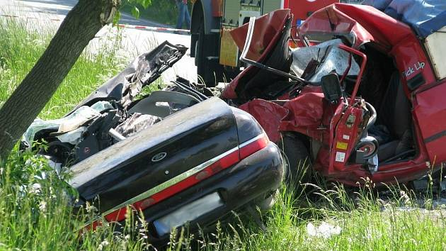 Ke střetu dvou vozidel došlo silnici II/319 za Rychnovem nad Kněžnou ve směru na Javornici. Osobní vůz značky Ford se zde střetl s pick-upem Dacia. Při této srážce zahynul spolujezdec z fordu, další dvě osoby jsou těžce zraněné.