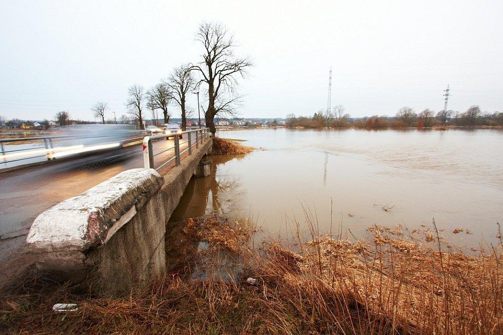 Rozvodněná řeka Orlice v Týništi nad Orlicí (Rychnovsko) 6. března 2009.