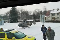Chodkyni zraněnou při nehodě dvou osobních aut musel zachraňovat vrtulník.