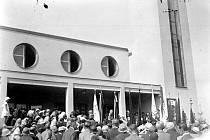 SLAVNOSTNÍ OTEVŘENÍ Husova sboru se konalo 24. května 1936, sešlo se tu na čtyři tisíce účastníků.