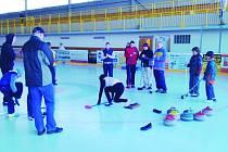 Opočeňáci se mohou jít klouzat.Ve městě se začal hrát curling