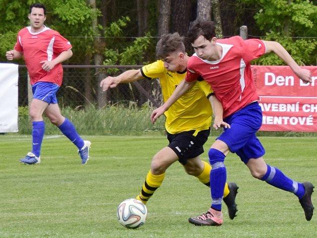 Fotbalisté B-týmu Kostelce nad Orlicí (červené dresy) po vyhrané úterní dohrávce se Zdelovem si v sobotu odvezli tři body z Rokytnice v Orlických horách.