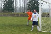 Dobrušský gólman Jaroslav Klofanda (na snímku vlevo s Filipem Šotolou) diriguje obranu v utkání s Jaroměří.
