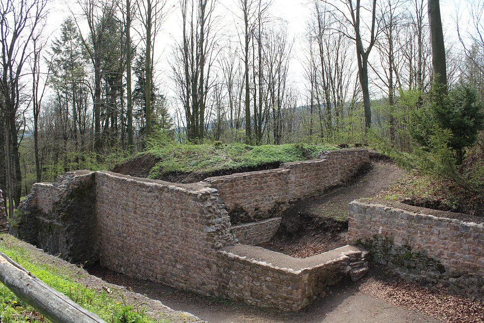 Na hradě Potštejn staví Dědkostav