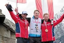 Čtyřikrát vystoupil na nejvyšší stupeň v průběhu mistrovství světa ve Švýcarsku český reprezentant Pavel Čiháček (uprostřed) a zapsal se tak do historie skibobového sportu.