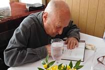 Stanislav Zindulka v Přepychách podepsal svým fanouškům svou knihu Moje cesta vlakem dětství a naděje a vyprávěl příchozím o svém životě.