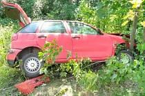 V Dlouhé Vsi se opět bouralo, auto skončilo v lese.