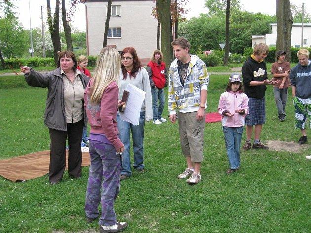 Rychnovský  Český červený kříž  je pořadatelem spousty významných aktivit. Mezi ty nejznámější patří soutěž mladých zdravotníků, která se letos uskutečnila v Častolovicích. Olga Rohrová na fotografii vlevo kontroluje soutěžní stanoviště oblastního kola.