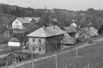 Pohled na na zděné a dřevěné stavení v Javornici a Tomšův kopec (s kótou 456 m n.m.).