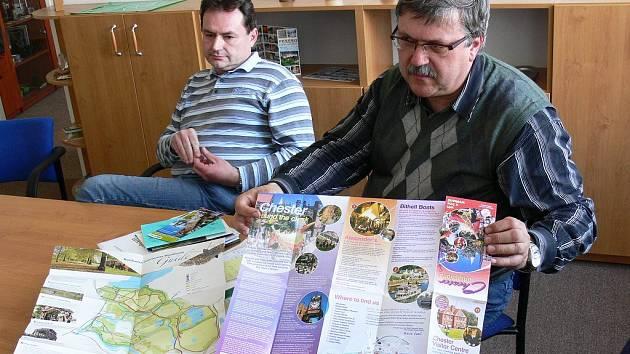 Rychnovský místostarosta Miroslav Richter (vpravo) ukazuje prospekty, které získal při své pracovní cestě do Vale Royal.